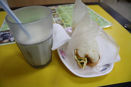 台湾式朝食!世界豆漿大王の豆乳とおにぎり!